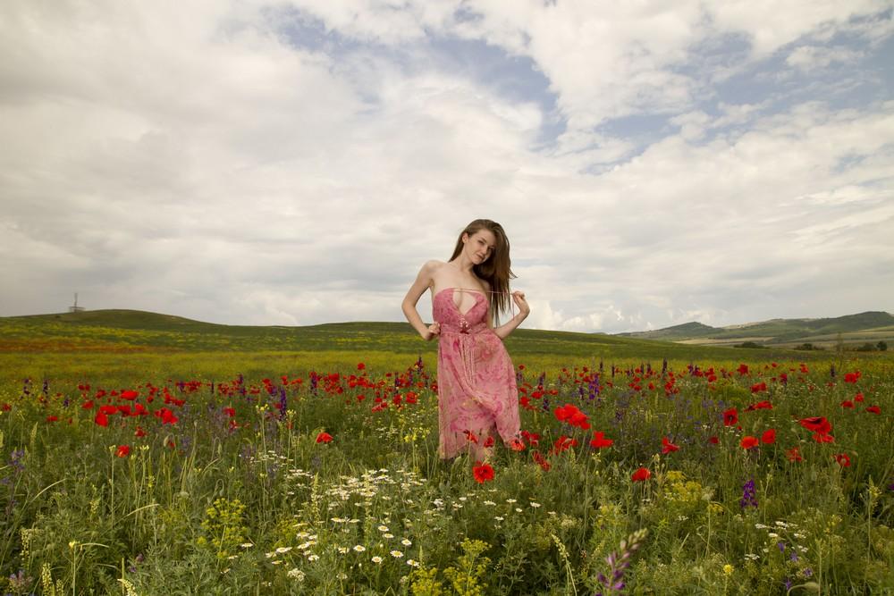 Emily Bloom разделась на цветочной поляне