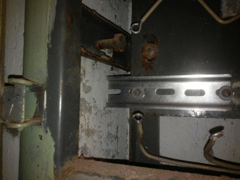 Небрежная установка DIN-рейки в старом электрощите