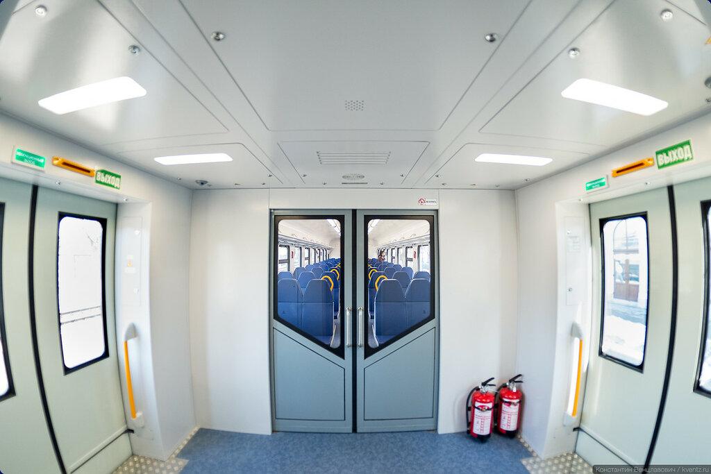 Просторный тамбур со светодиодным освещением и новомодными примочками
