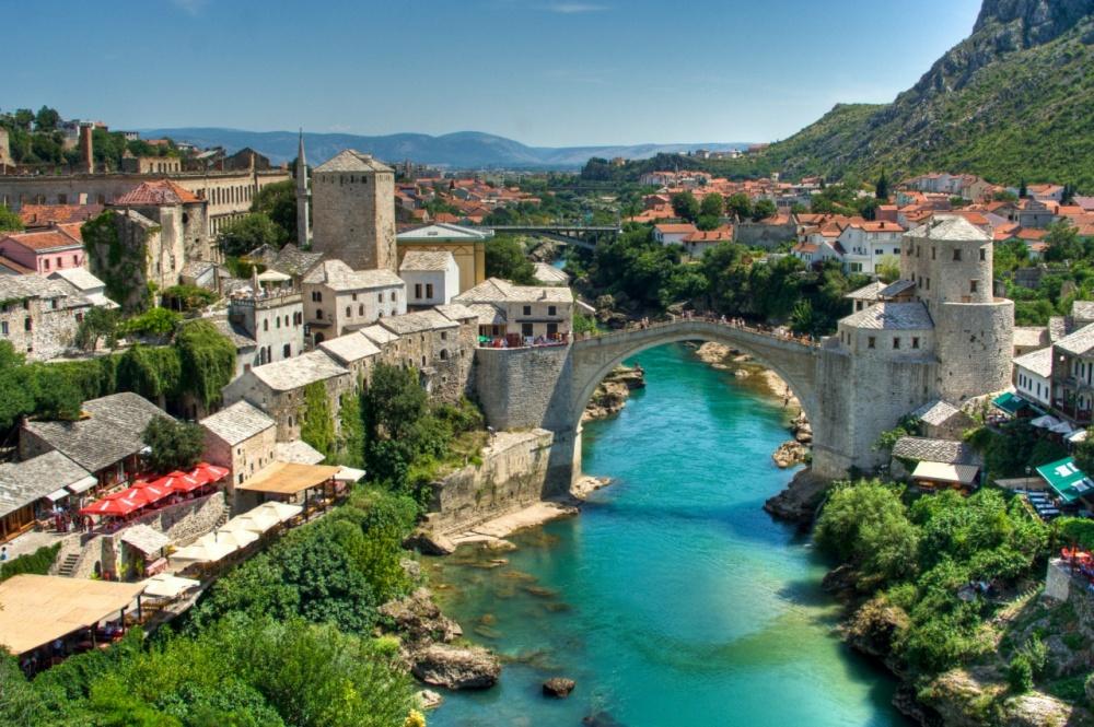 Пешеходный мост через реку Неретву вгороде Мостаре представляет собой современную копию древнего мо