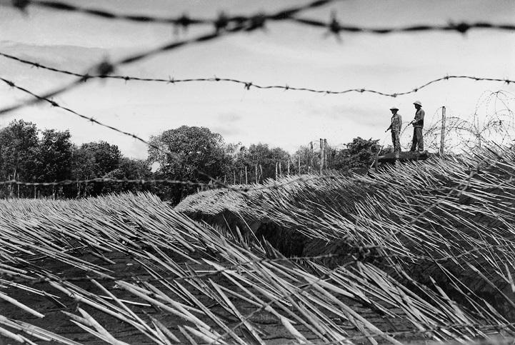 Партизанка стоит в дозоре в дельте Меконга, 1973 год. «Во время войны таких женщин, как она, можно б