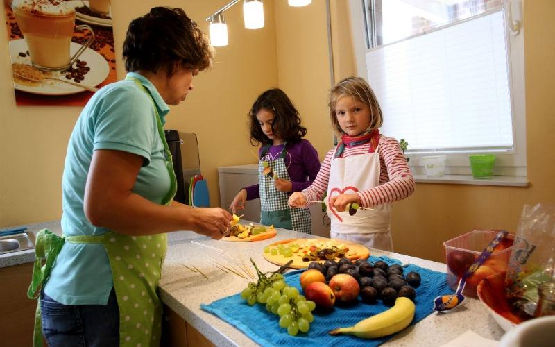 Это детский сад вАльтенберге. Дети помогают воспитателю приготовить ланч, который затем будет подан