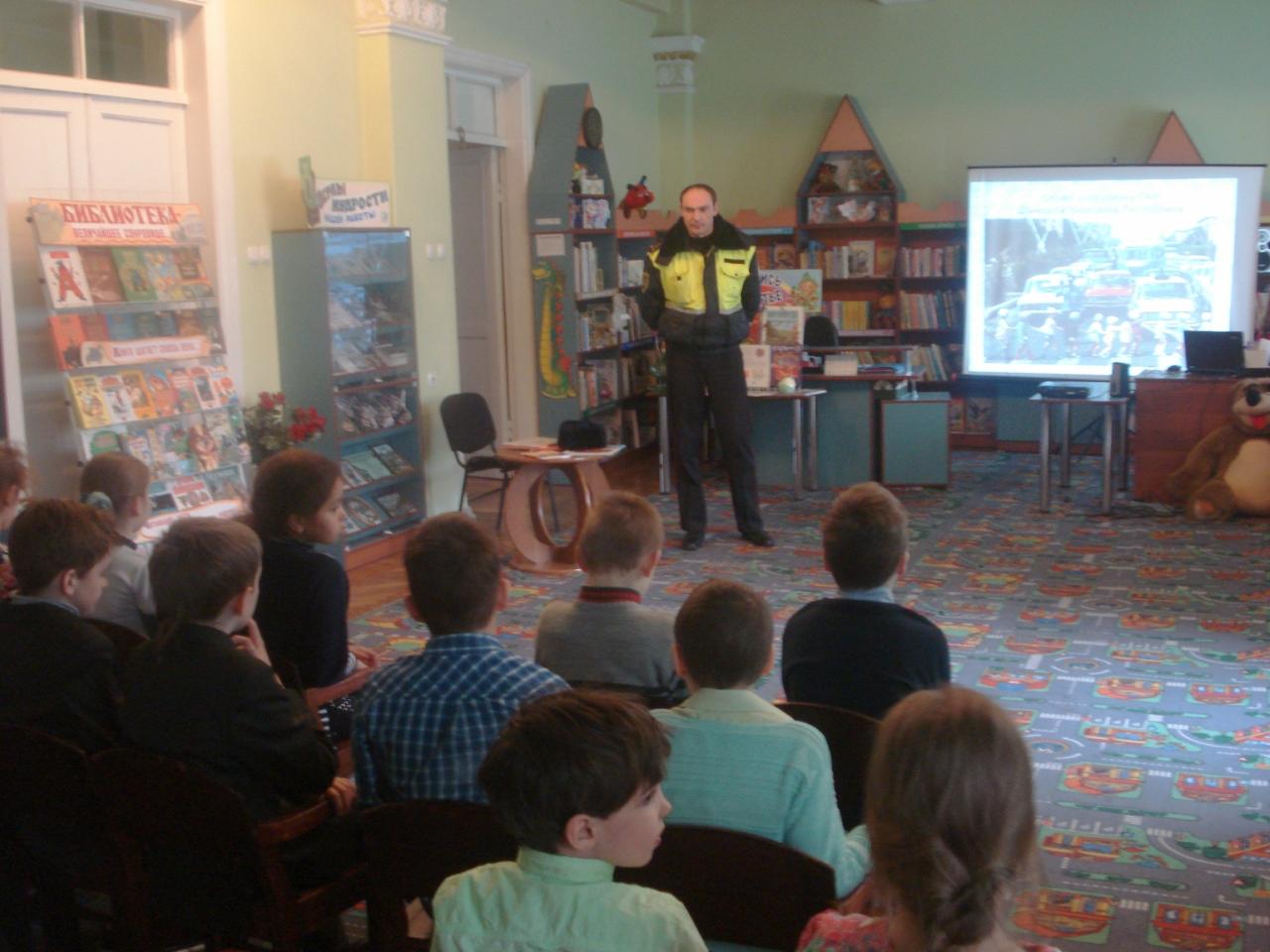 знаем правила дорожного движенья,встреча с сотрудником гаи,донецкая республиканская библиотека для детей,отдел обслуживания дошкольников и учащихся 1-4 классов,мероприятия в библиотеке