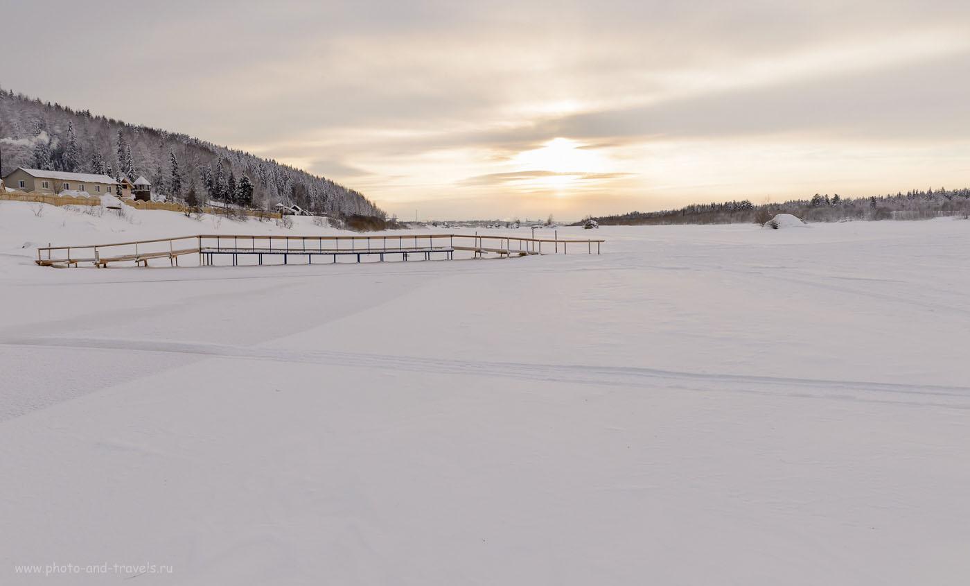 17. Наверное, в более теплое время эта полынья не замерзает. Вид в сторону Красновишерска. Эту реку мы должны перейти, чтобы добраться на Полюд. 1/250, 0.67, 8.0, 320, 24.