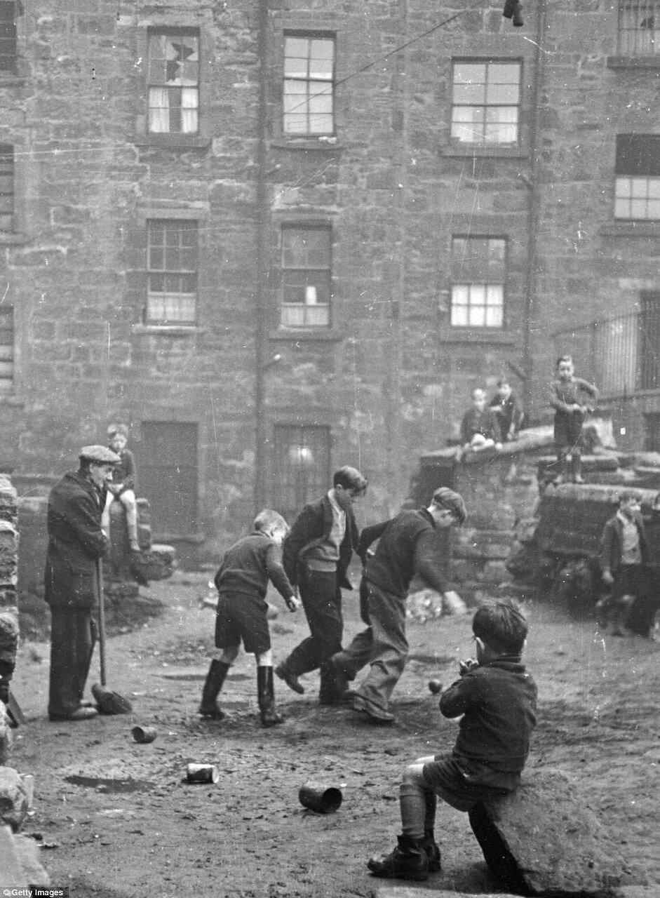 1948. Подростки гоняют мяч в Глазго