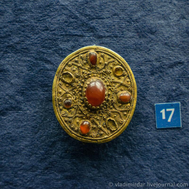 Фибула. Золото, железо, сердолик, стекло. Конец II – начало I в. l в. н.э.