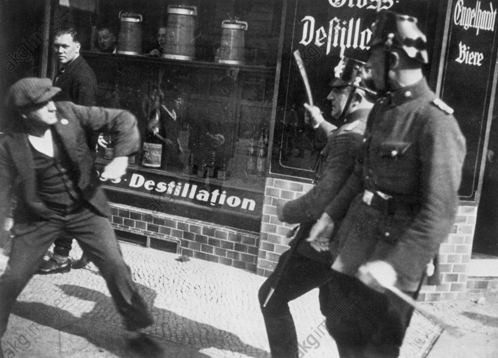 Polizei geht gegen Demonstrant vor,1930 - Police attack demonstrator/Berlin/ 1930 - Police matraquant des mmanifestants 1930