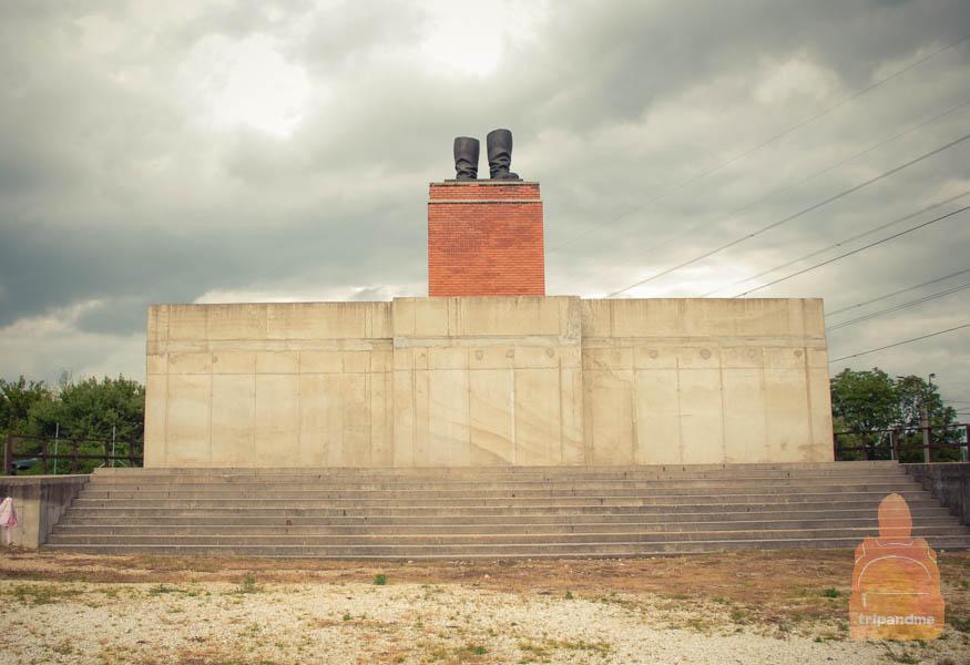 Сапоги Сталина - памятник у входа в парк Мементо