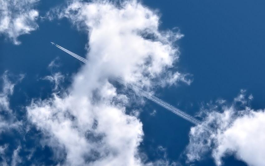 Вот почему самолеты оставляют после себя этот белый след!