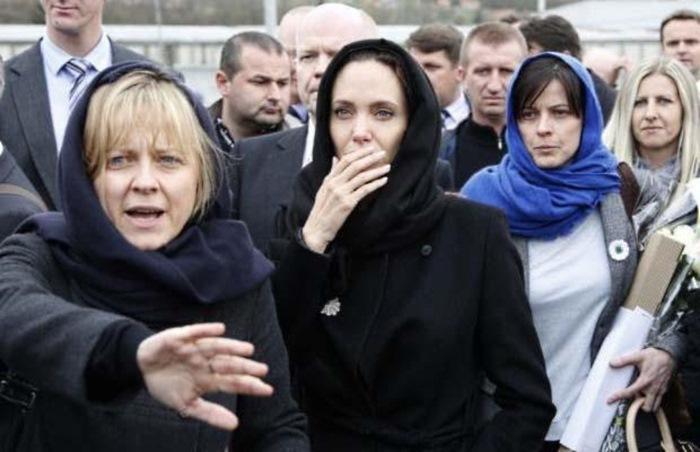 Баронесса усиленно готовит актрису к политической карьере и обещает добиться для Джоли места в Палат