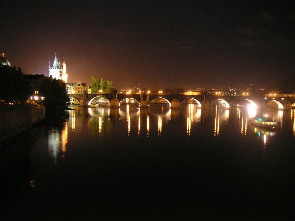 3. Карлов мост Прага, Чехия Один из самых красивых в мире мостов перекинут через реку Влтаву. Он сое