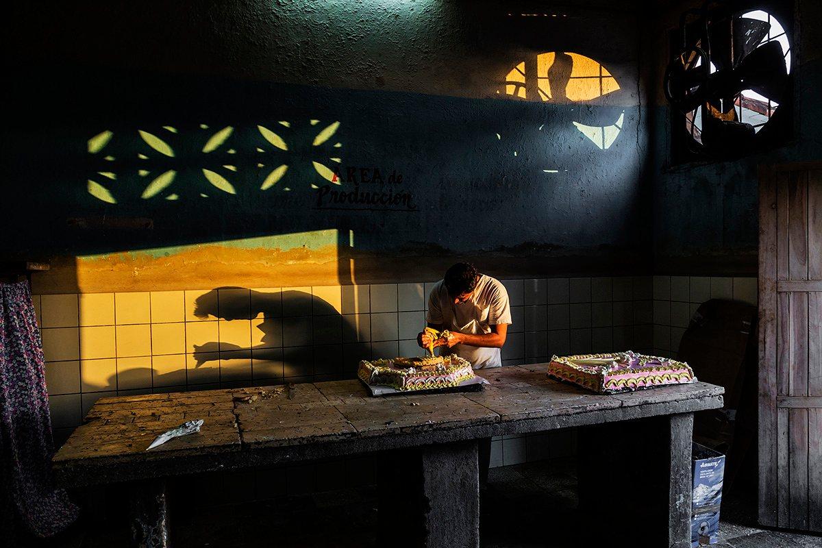 Джереми Вудхаус, Великобритания. Высокая оценка, «Светотень». Кондитер в Виньялесе, Куба, покрывает