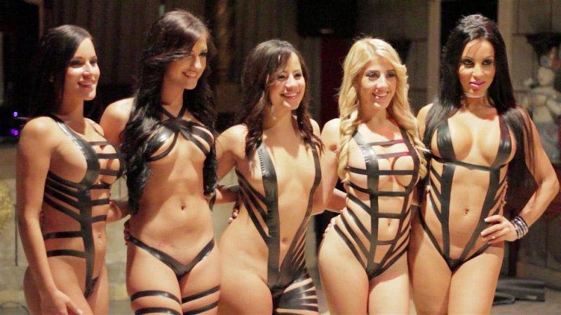 Девушки в нарядах из черного скотча: The Black Tape Project (29 фото) 18+
