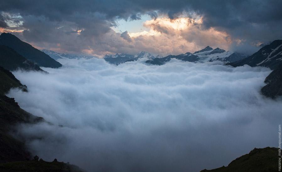 Спустя некоторое время туман снова отпустил нас, но так и не вернулся, оставшись снизу. До этог