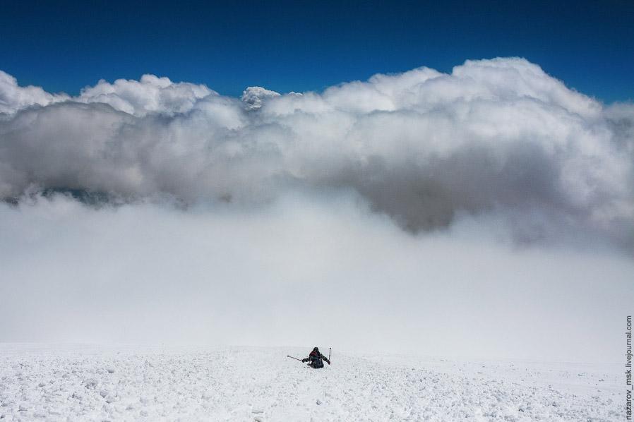 Путь до Приюта в тумане был монотонным. Внутри мы узнали, что из 16 человек наверх поднялись вс