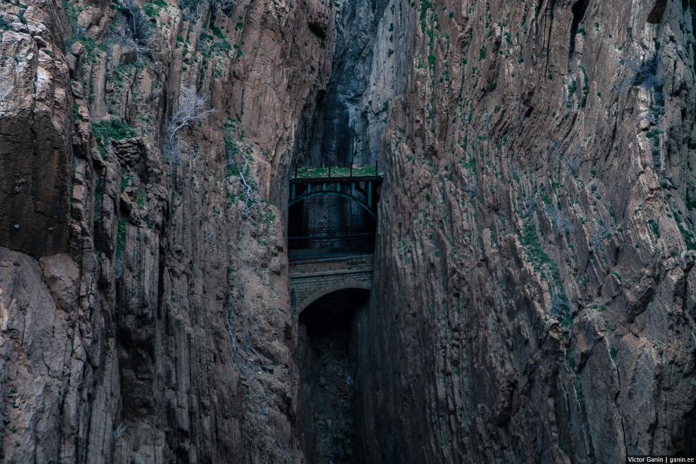 В конце тропы открывается вид на такое вот зелёное место среди гор.