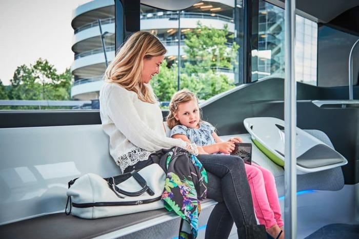 Комфортабельный салон автобуса. Упрощенная кабина фактически является частью салона, а не отделена о