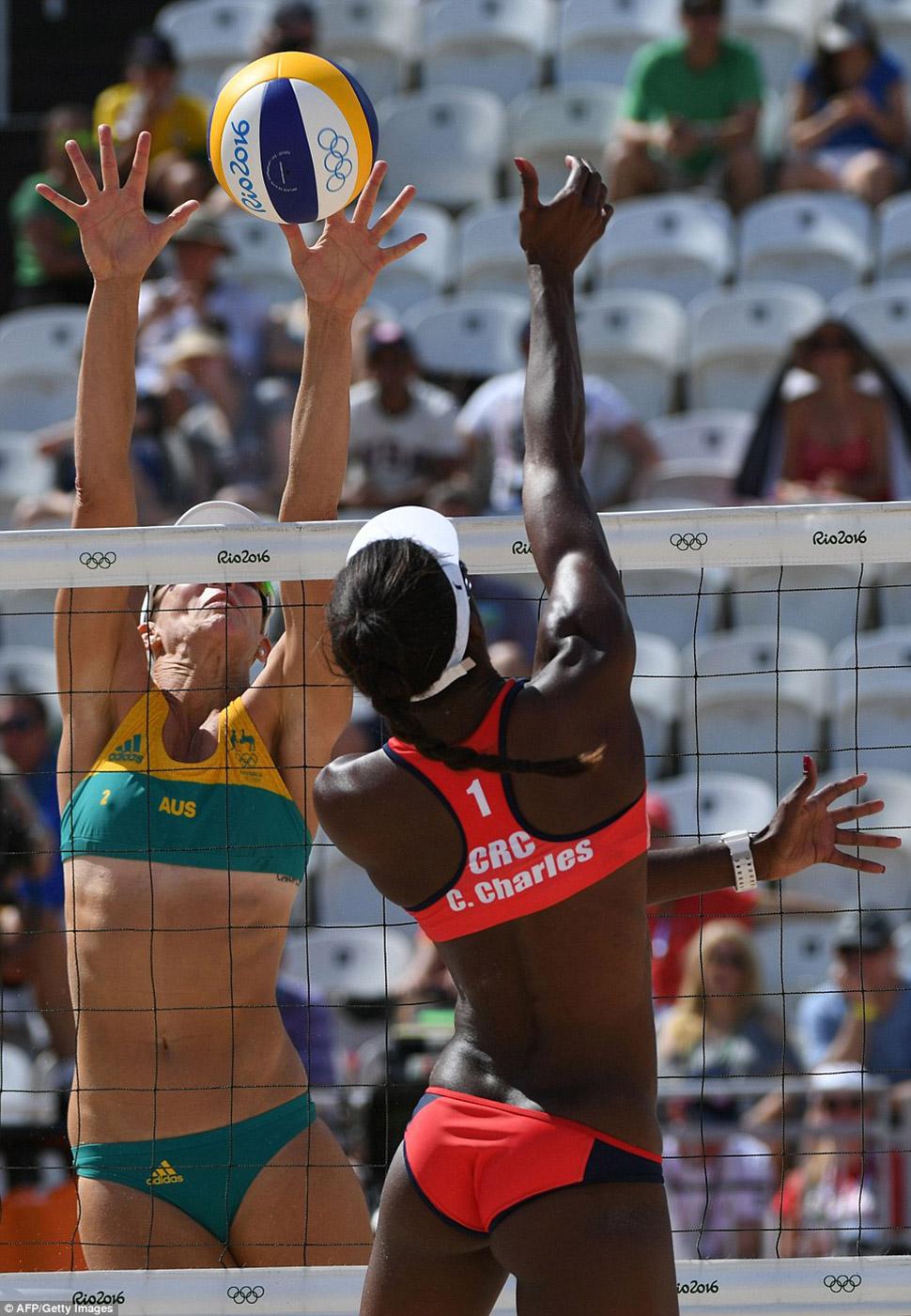 Луиза Боуден из австралийской команды блокирует мяч у сетки в игре против Коста-Рики.