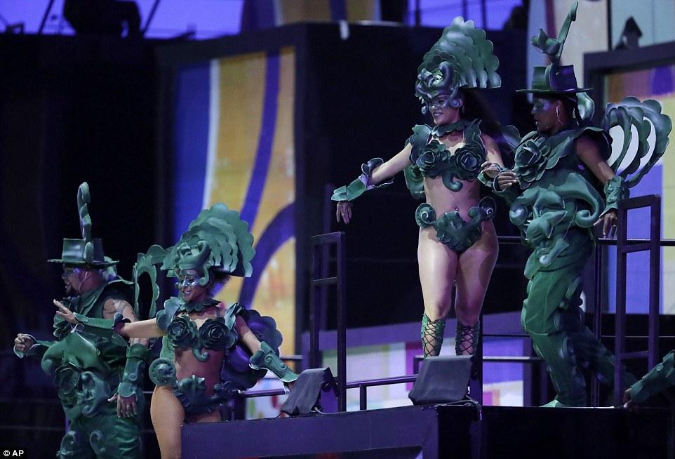 Танцоры самбы демонстрируют свои таланты.