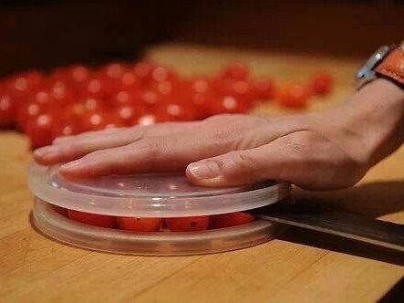 6. Положить помидоры черри между двумя пластиковыми крышками и разрезать их разом не проще, чем наре