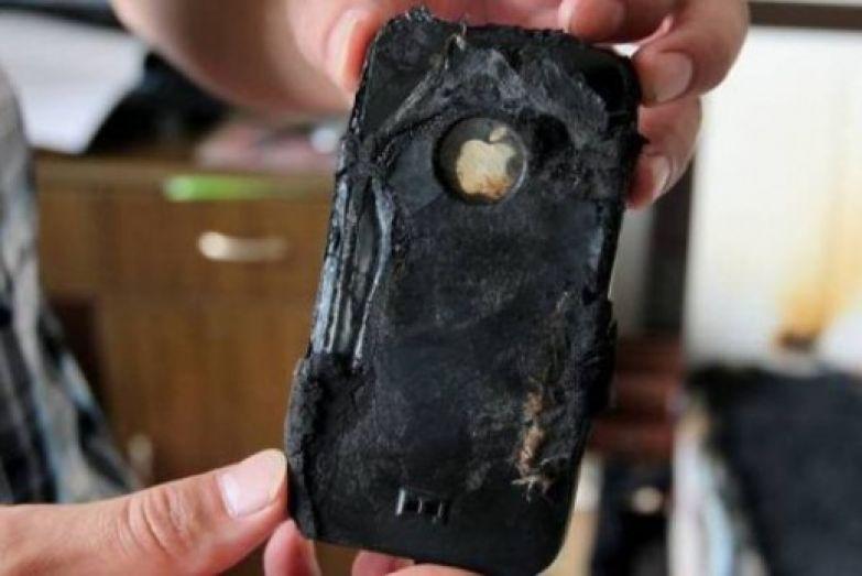 Как раз в это время раздался звонок и он ответил не отключая мобильник от зарядного устройства,