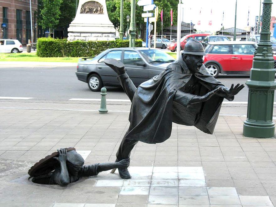 12. De Vaartkapoen, Брюссель, Бельгия Созданная в 1985 году, эта шутливая статуя показывает полицейс