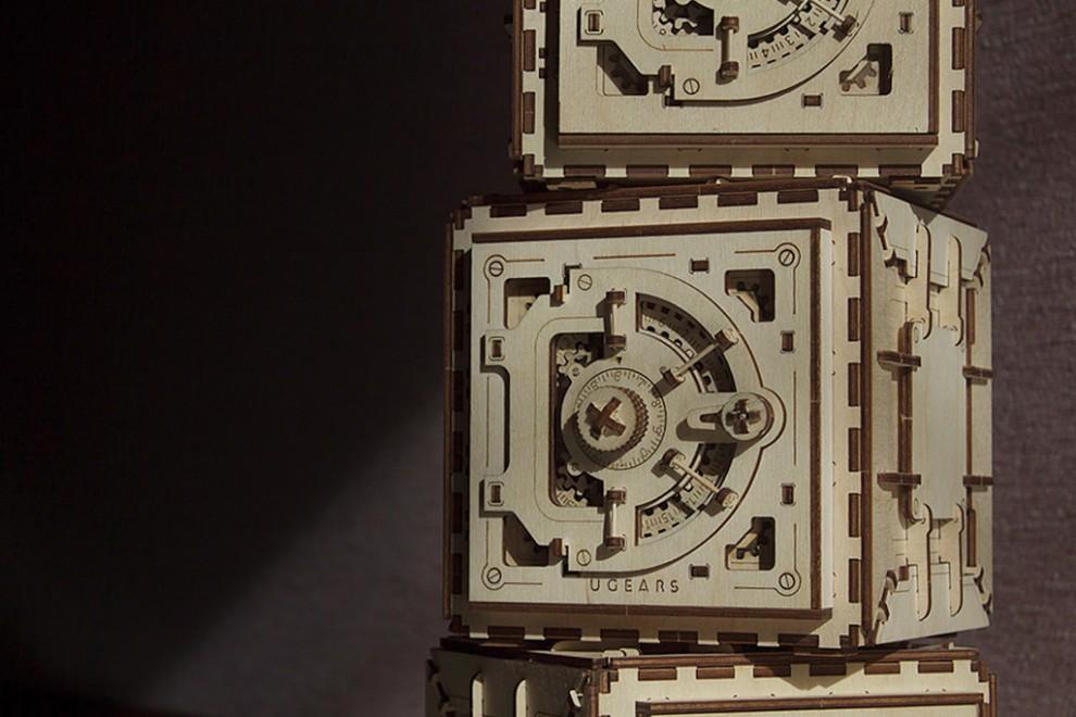 В 1862 году создали сейф, в котором замок насчитывал около 1 073 824 комбинаций. Чтобы перебрать их