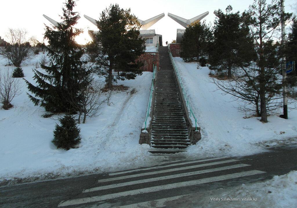 Пешеходный переход, лестница на плотину Медеу.