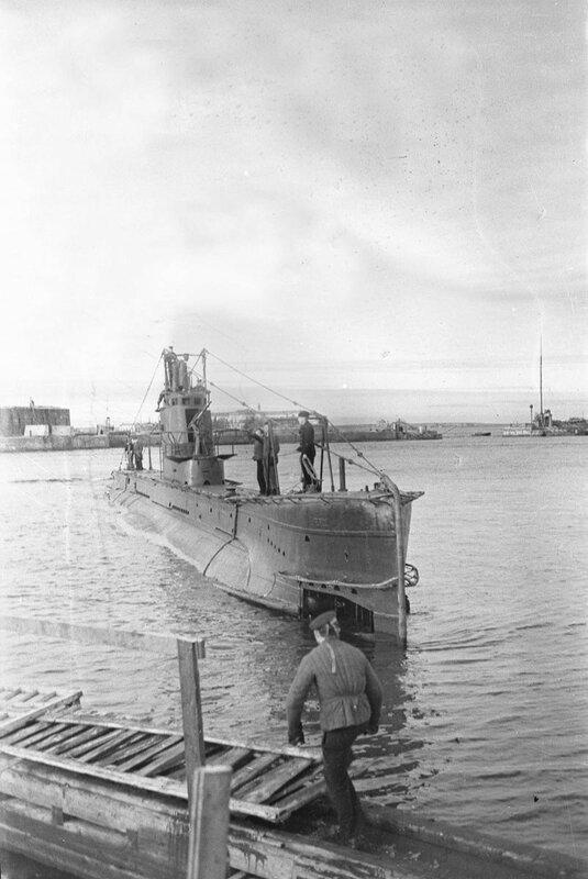 Советская подводная лодка «Щ-303» в порту Кронштадта. 1944 г.