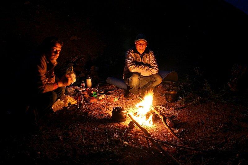 ночные посиделки у костра: еда, котелок и походный чайник