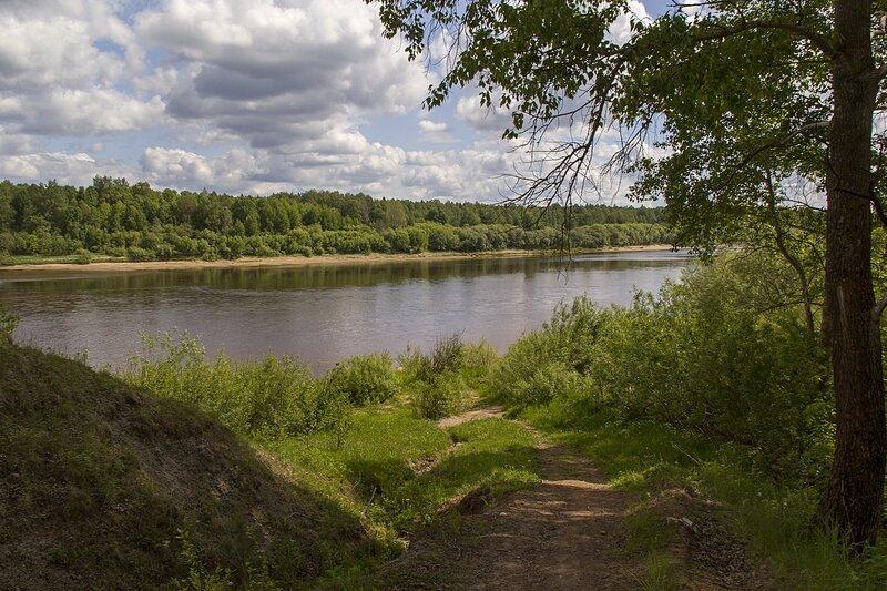 летний пейзаж с облаками реки Вятки с дорожки на склоне у дер. Мокино