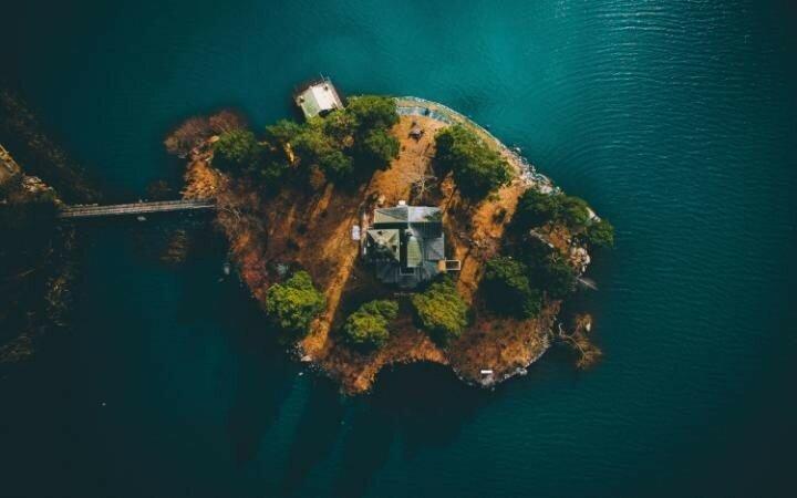 Остров мечтаний. Красивый дом на крошечном острове на озере Меларен в Меларбадене.