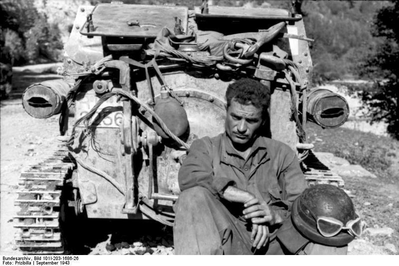 Albanien, italienischer Soldat vor Panzer