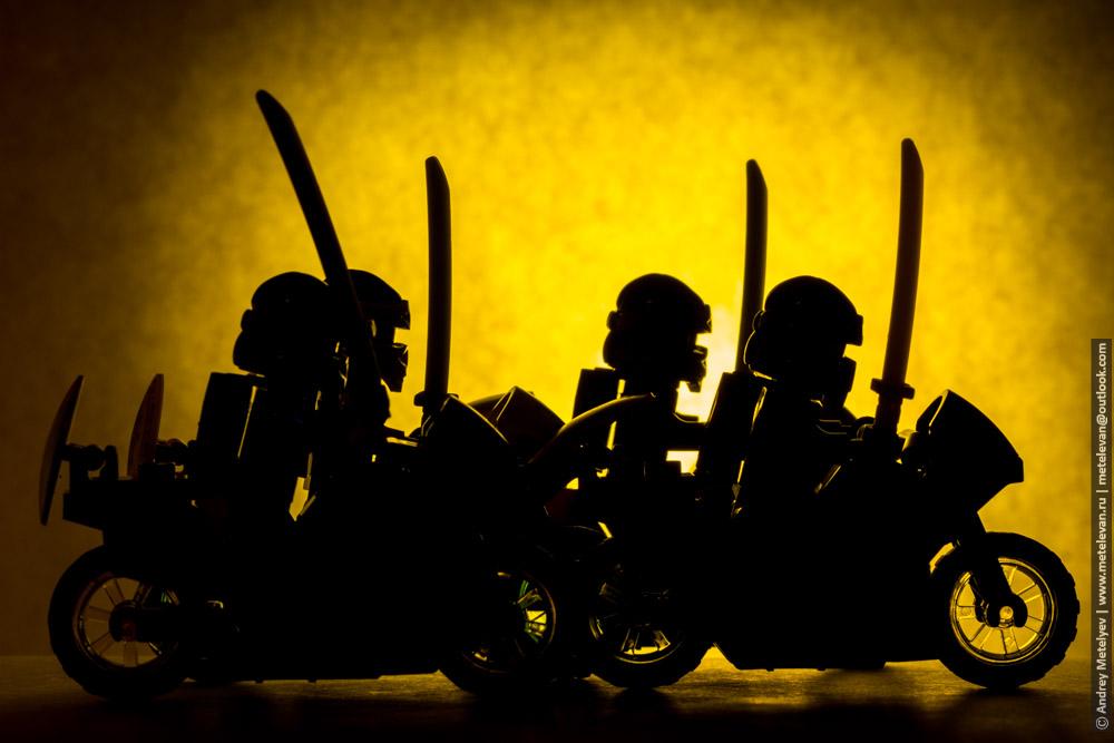 группа игрушечных мотоциклистов с мечами на желтом фоне