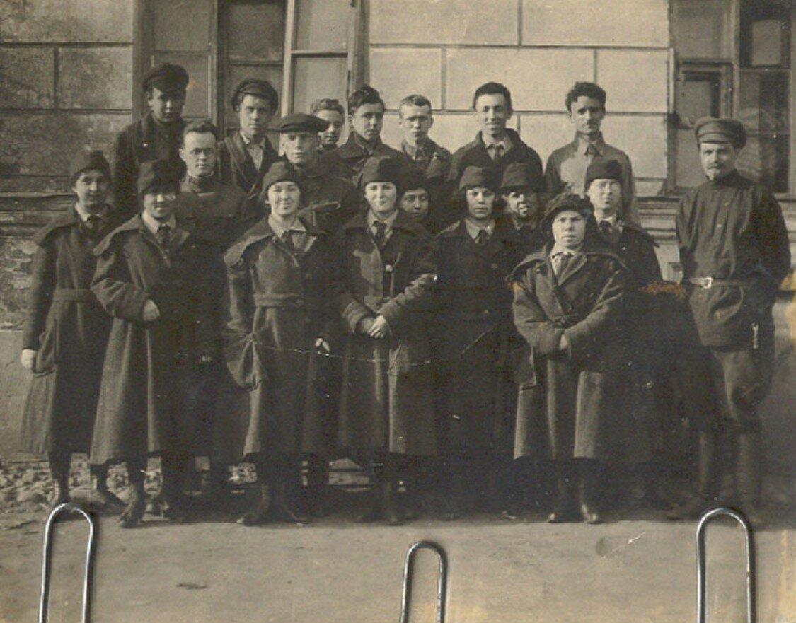 28. Группа колонистов