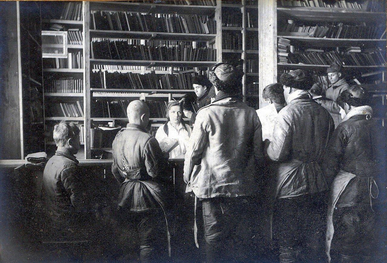 1930-е. Выдача книг из библиотеки клуба Октябрьского Поля