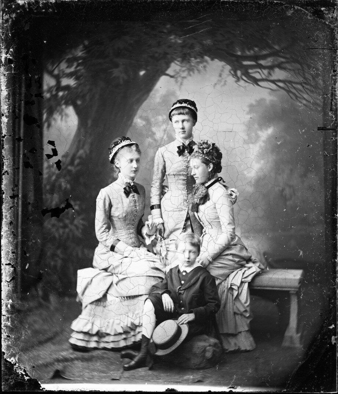1880. Мария Анна, Елизавета, Маргарет и Эрнст Саксен-Альтенбургские