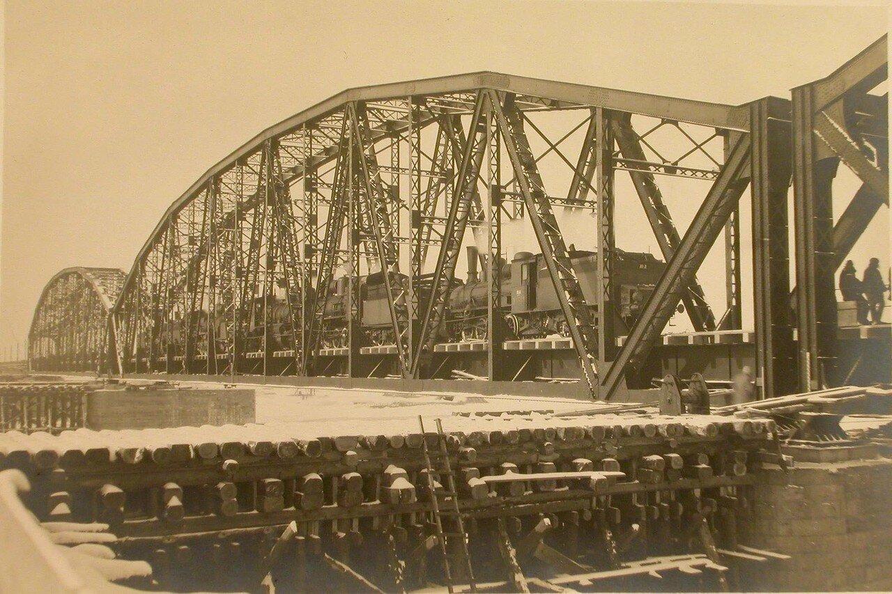 24. Железнодорожный состав на мосту во время испытания железных ферм
