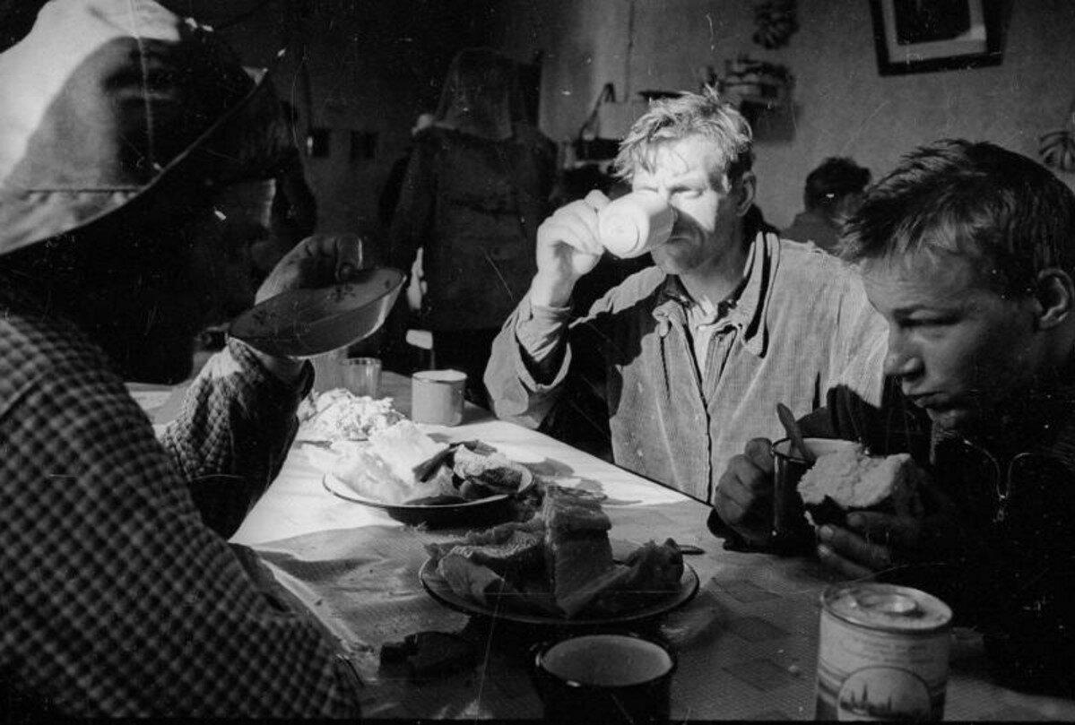 1960-е. Рыбаки во время чаепития