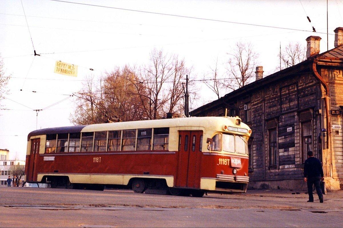 Трамвай разворачивается на «треугольнике» на конечной 2-го маршрута