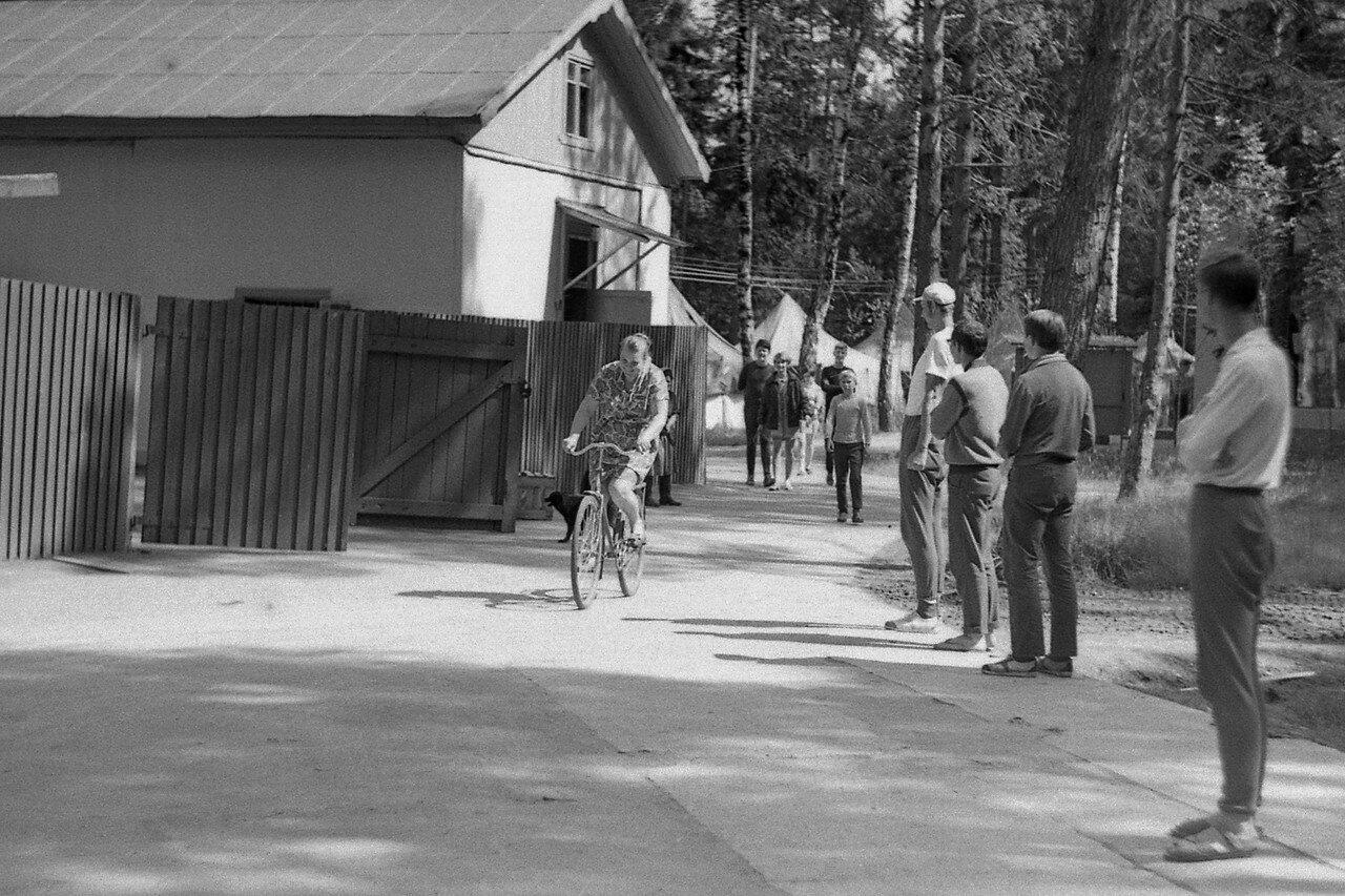 183. Главный повар лагеря на велосипеде