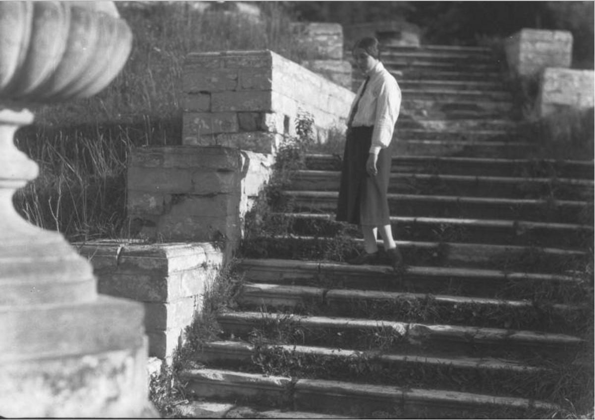 Усадьба «Кучино». Женщина на ступенях парадной лестницы