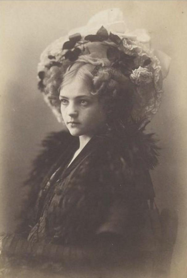 Портрет молодой женщины в шляпке с цветами