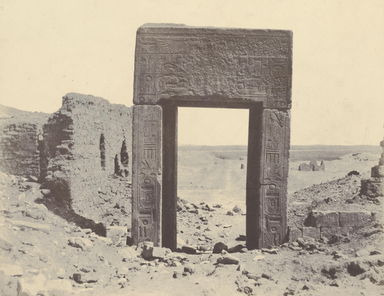 Эль-Ассасиф.  Врата из розового гранита № 2