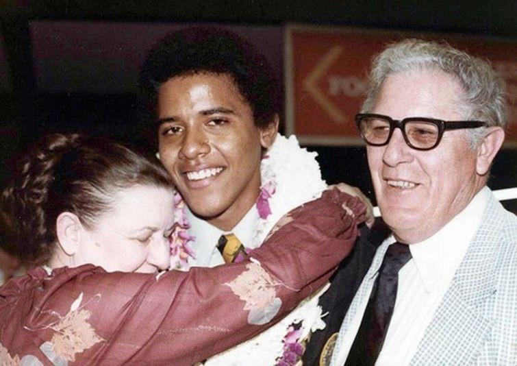 Барак Обама на выпускном с дедушкой и бабушкой, 1979 год.jpg