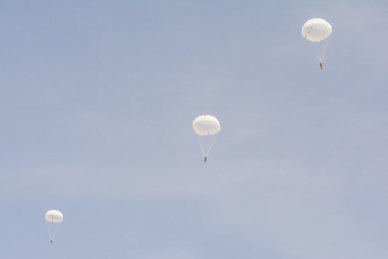 Морская пехота выполняет прыжки с парашютом