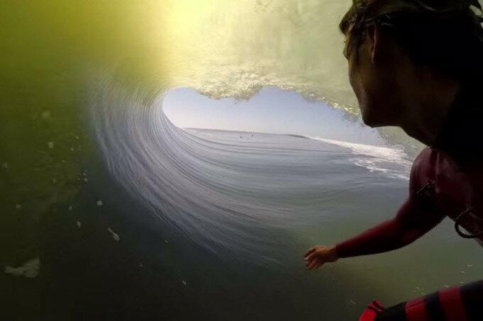 Видео: внутри волны с серфенгистом