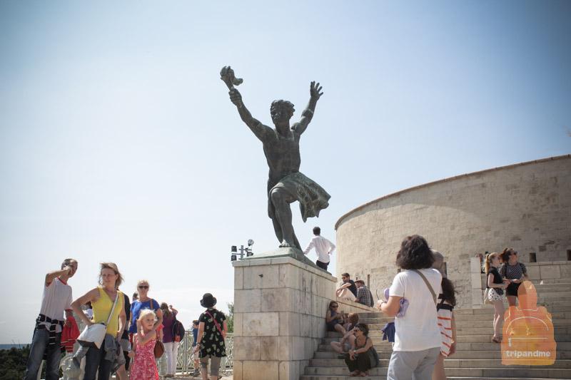 Статую Свободы в Будапеште окружают два памятника поменьше