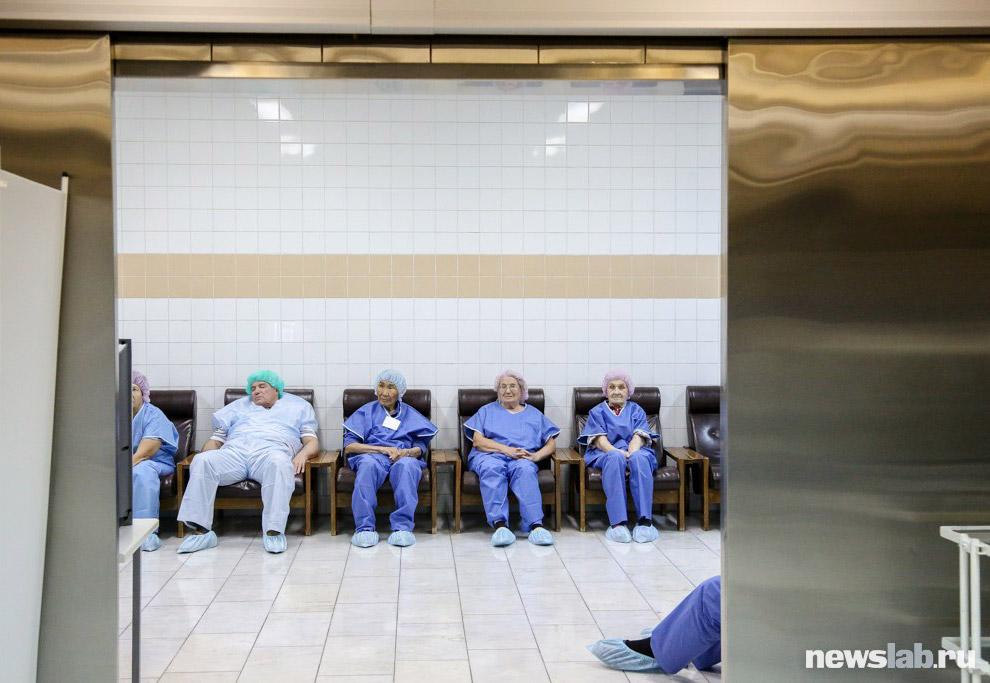 10. А здесь пациента готовят к операции коррекции зрения по уникальной технологии SMILE. Подобн