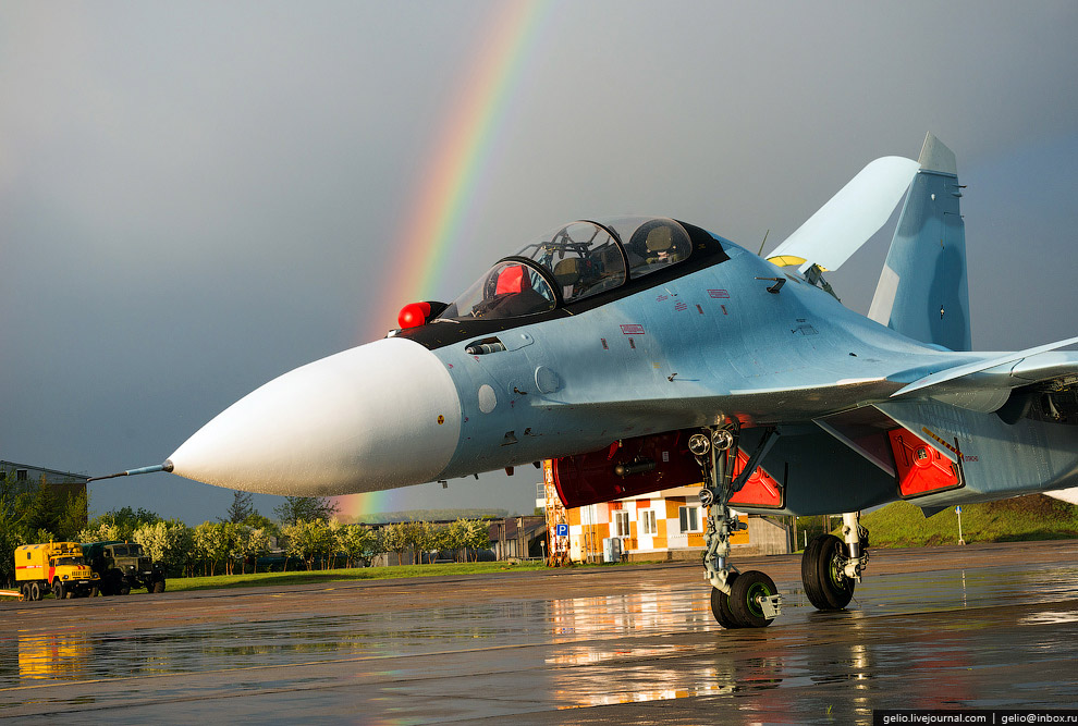 43. Радар Су-30 видит противника в зависимости от условий на расстоянии около 200 км. И может з